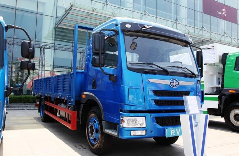 青岛解放 龙V中卡 164马力 4X2 6.8米排半栏板载货车